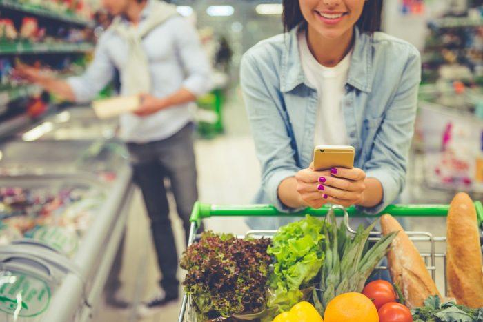 mujer en la compra con móvil